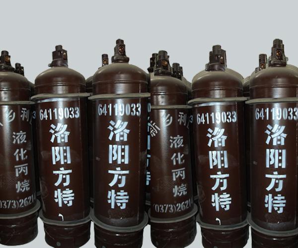 丙烷,三碳烷烃,化学式为C3H8,结构简式为CH3CH2CH3。通常为气态,但一般经过压缩成液态后运输。原油或天然气处理后,可以从成品油中得到丙烷。丙烷常用作发动机、烧烤食品及家用取暖系统的燃料。在销售中,丙烷一般被称为液化石油气,其中常混有丙烯、丁烷和丁烯。为了发现意外泄露,商用液化石油气中一般也加入恶臭的乙硫醇。   分子结构: C原子以sp3杂化轨道成键、分子为极性分子。   结构简式:CH3-CH2-CH3[3]   物理性质   主要成分: 纯品   外观与性状: 无色气体,纯品无臭。